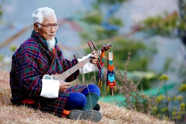 Ap Dawpel holding his musical instrument (dramnyen)